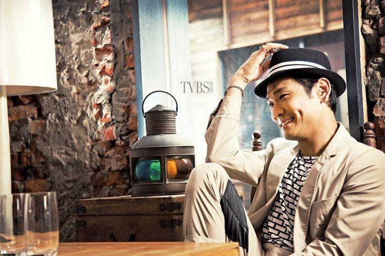 從當年的「陽光男」,到現在成了半百熟男,杜德偉還是一樣非常吸睛,穿衣風格和心態都...