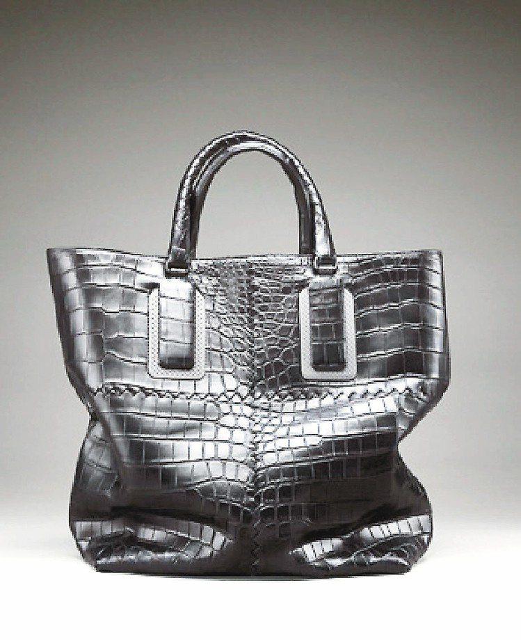 黑色軟鱷魚皮編織雙把提包,126萬9,600元。圖/Bottega Veneta...