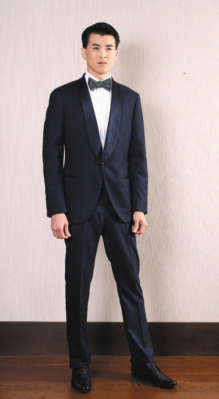 楊仁沛穿Brunello Cucinelli為007電影詹姆士龐德打造的晚宴服,...