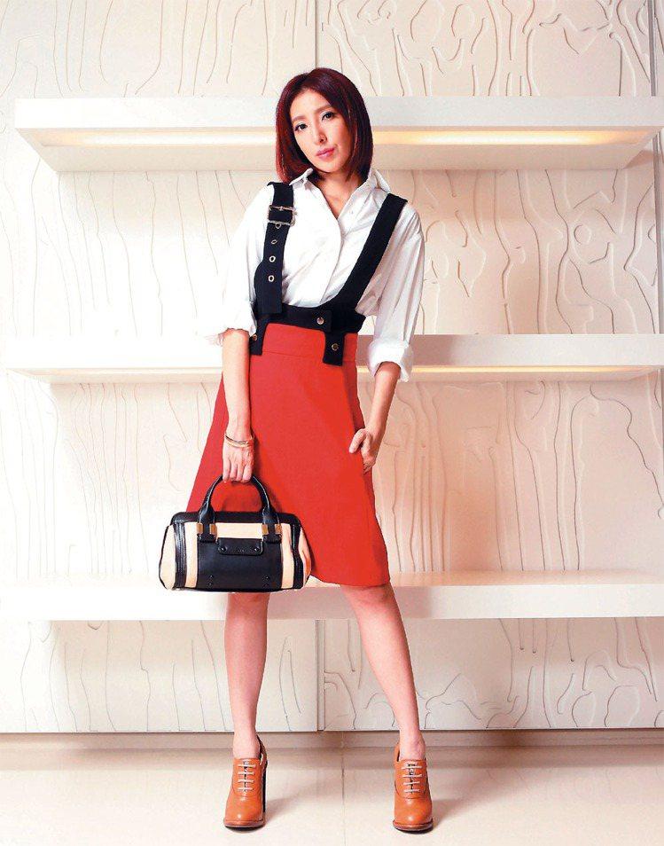 楊謹華換上Chloe男孩風白色襯衫搭配紅黑連身吊帶裙,手拎Alice包,展現出女...