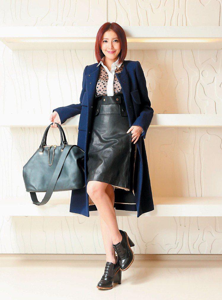 一身Chloe藍色羊毛長大衣,搭配Baylee包,楊謹華用女王氣勢展現都會女性的...