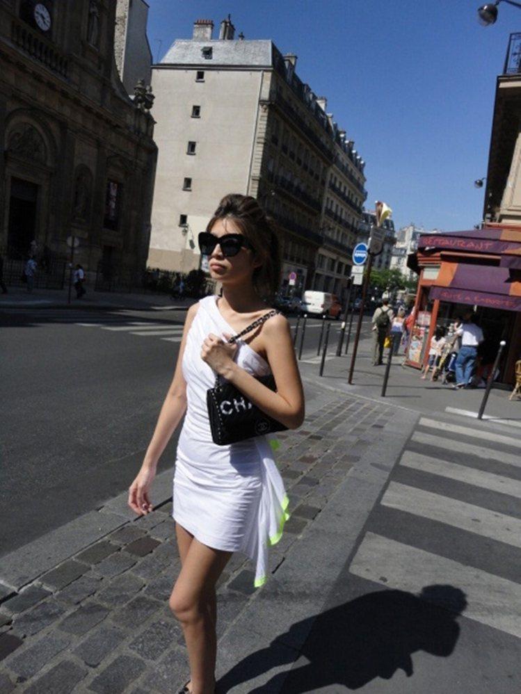陳怡在國外採購時的穿著,從頭髮、墨鏡到衣服都很有風格。圖/大美人提供