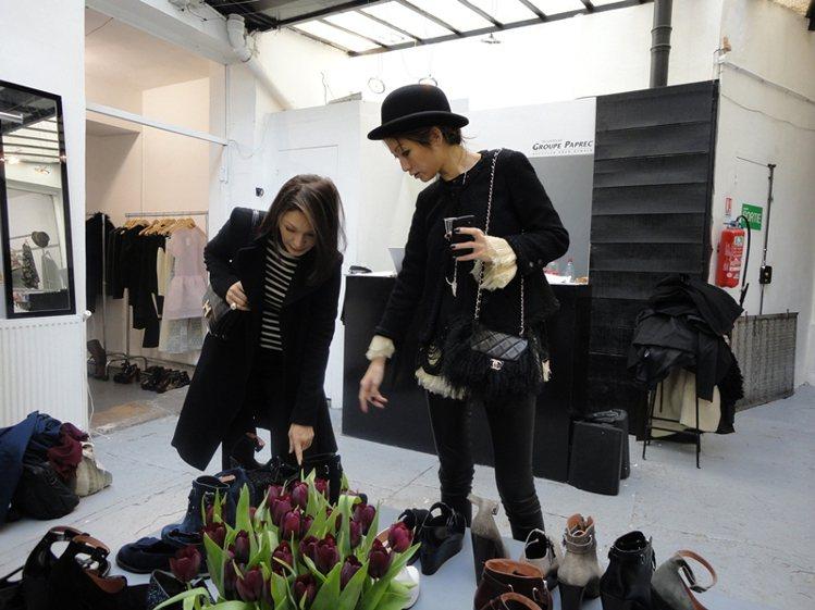 八年來跟著母親高秋鴻在世界各地採購服裝,圖為女母兩人在國外Show Room採購...