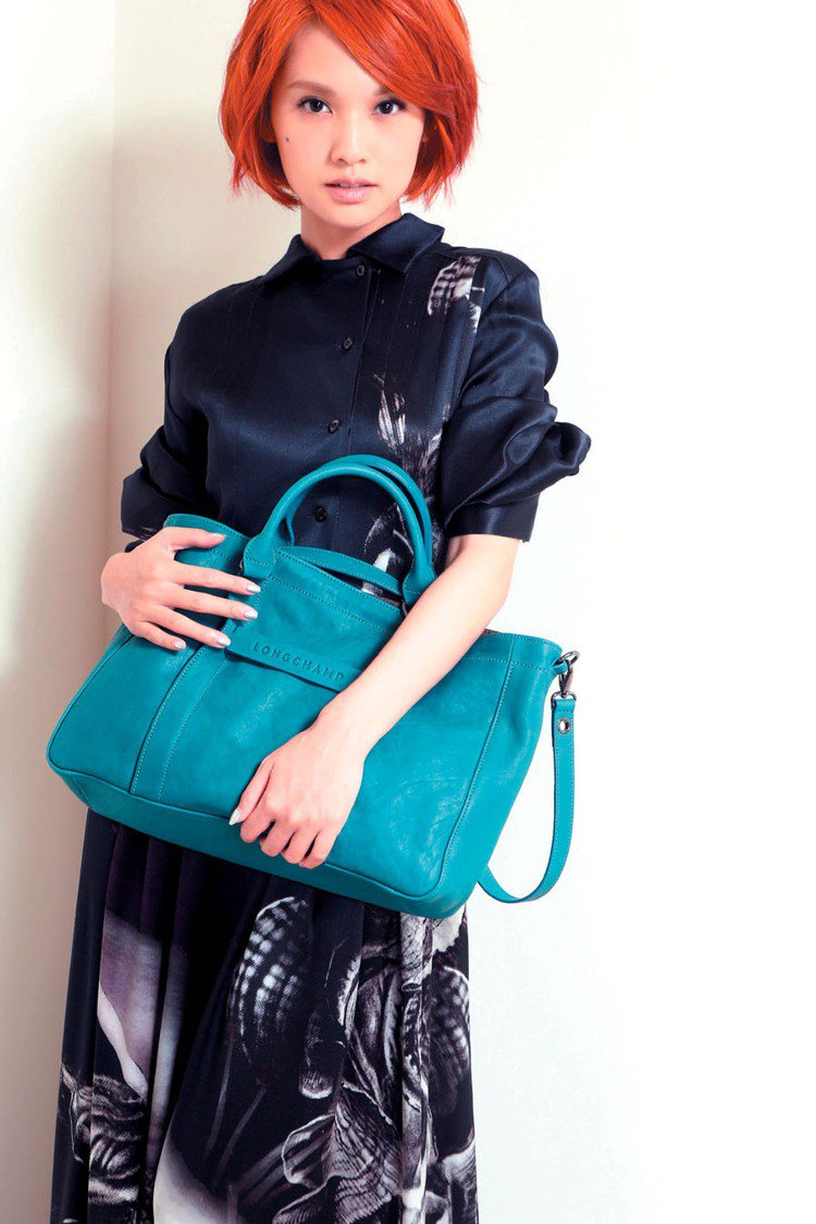 綠色Longchamp 3D包搭配黑色FENDI潑墨長洋裝,楊丞琳如女神般優雅。...