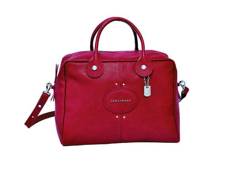Longchamp Quadri包身上宛如豬鼻子的可愛標誌,展現出包款俏皮可人的...