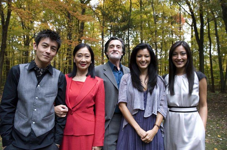 陳冠希加入《30拉緊抱》演出,跟胡凱莉(右二)有非常多場親熱戲。圖/牽猴子提供