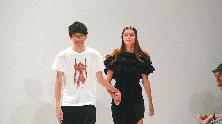 台灣旅英新銳服裝設計師詹朴在倫敦時裝周推出2014年春夏新裝,延續別緻的針織設計...