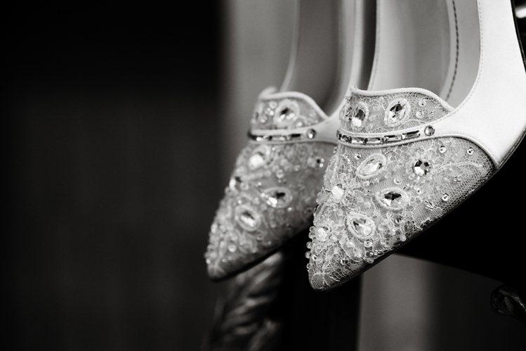 寶石、水晶與珍珠一向是RENE CAOVILLA 喜愛的設計元素。圖/RENE ...
