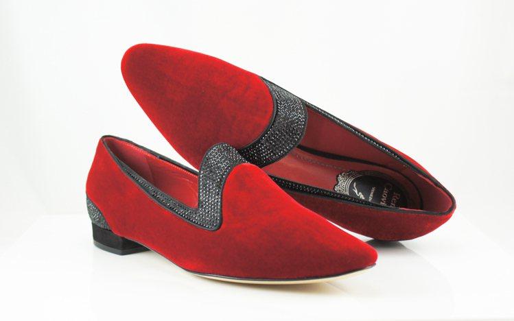 火紅絲絨尖頭平底鞋 NT$42,000。圖/RENE CAOVLLA提供