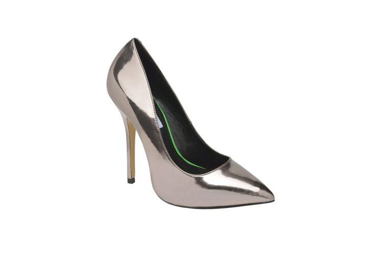 銀紫色尖頭高跟鞋,NT$3,280。圖/Steve Madden提供