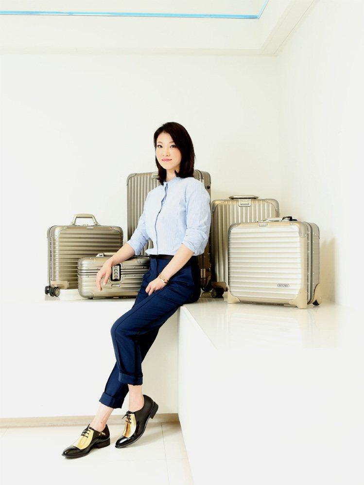 蔡旻紋穿CELINE藍色線條襯衫28,000元、深藍色西褲28,500元、金屬片...