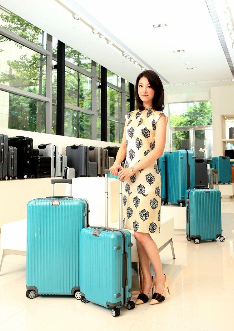蔡旻紋穿CELINE印花絲質洋裝54,000元、膚色高跟鞋29,500元,搭配R...