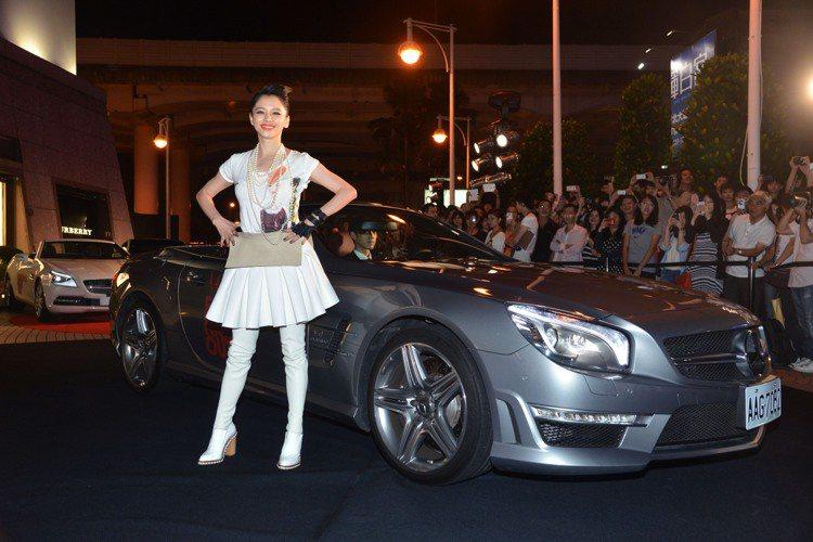 徐若瑄乘坐Mercedes-Benz SL 63 AMG鈀銀色敞篷轎車霸氣入場。...