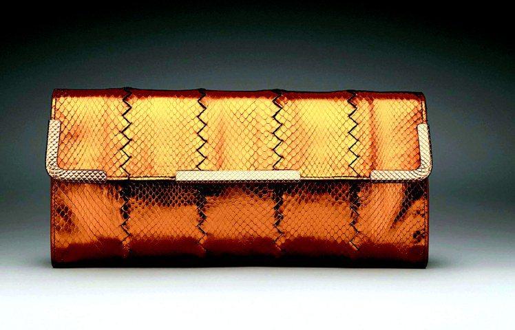 BV亮面水蛇皮拿包,77,700元。圖/Bottega Veneta提供