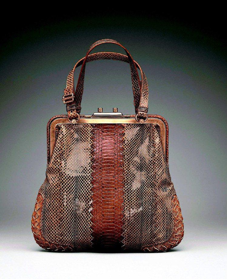 BV亮面拼接雙蛇皮與珍珠魚皮編織提包,179,100元。圖/Bottega Ve...