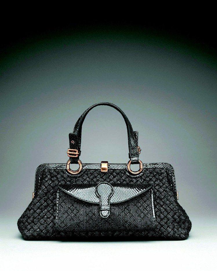 BV黑色毛呢混水蛇皮編織提包,162,500元。圖/Bottega Veneta...