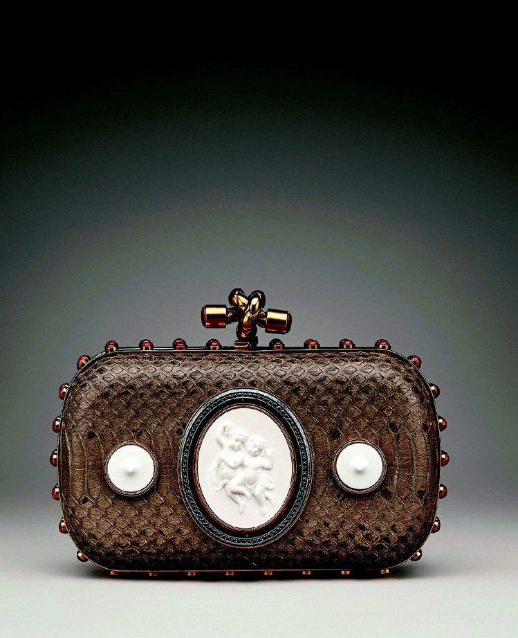BV全球限量純銀鍍金鑲嵌KPM陶瓷Knot手拿包,164,900元。圖/Bott...
