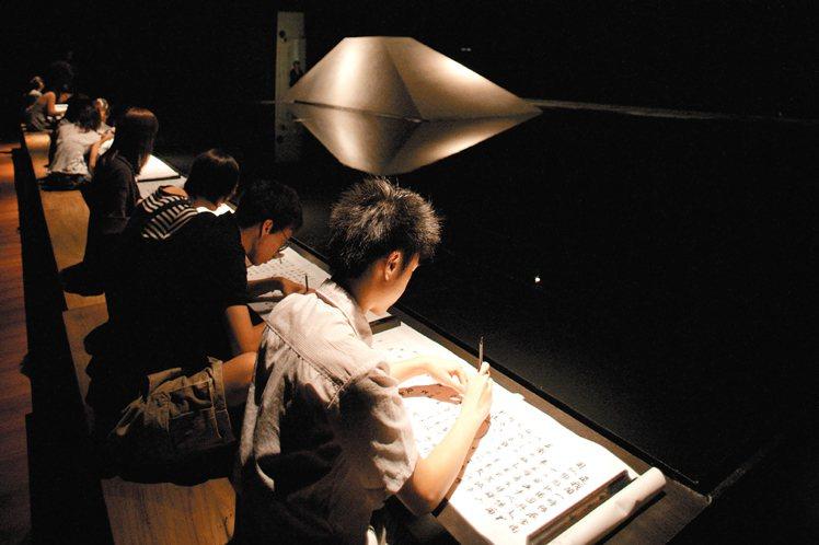 與書法家董陽孜合作的「無中生有」展場,巨大墨池,讓觀展者無不靜下心來習字體會。圖...