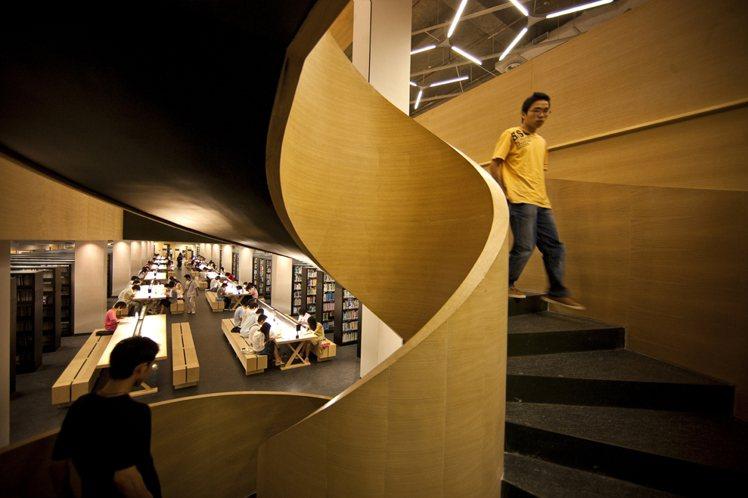 廣東汕頭大學圖書館,跳脫傳統圖書館的制式線條和沈悶。圖/李嘉誠基金會提供
