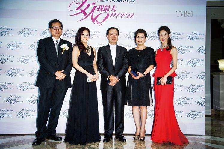 左至右/《女人我最大》發行人俞國定、2012香港小姐張名雅、香港TVB助理總經理...