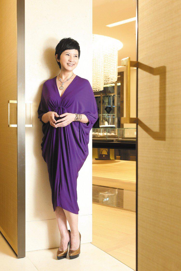李烈穿浪凡紫色洋裝40,800元,美得讓人驚呼為「女神」,配戴寶格麗Monete...