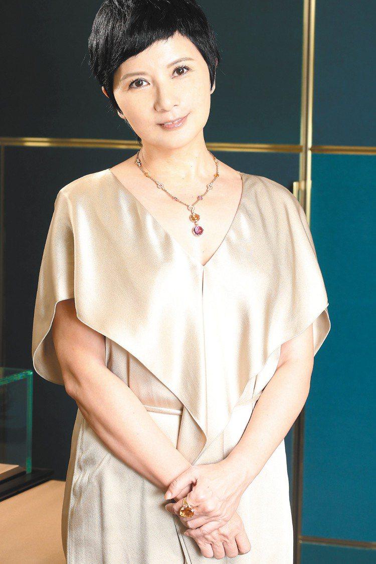 李烈穿浪凡金色洋裝67,400元,展現簡單確有深度的美麗,配戴寶格麗Parent...