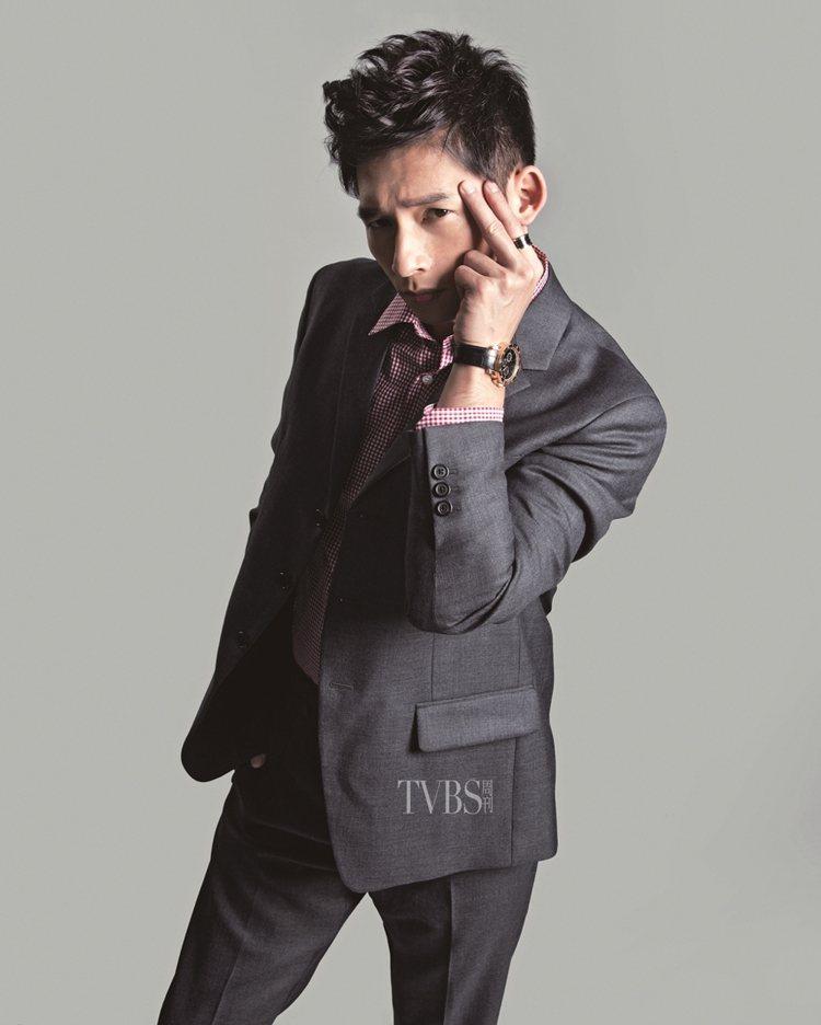 灰色西上裝(7萬4,500元)、灰色西裝褲(2萬3,500元)、紅色格紋襯衫(1...