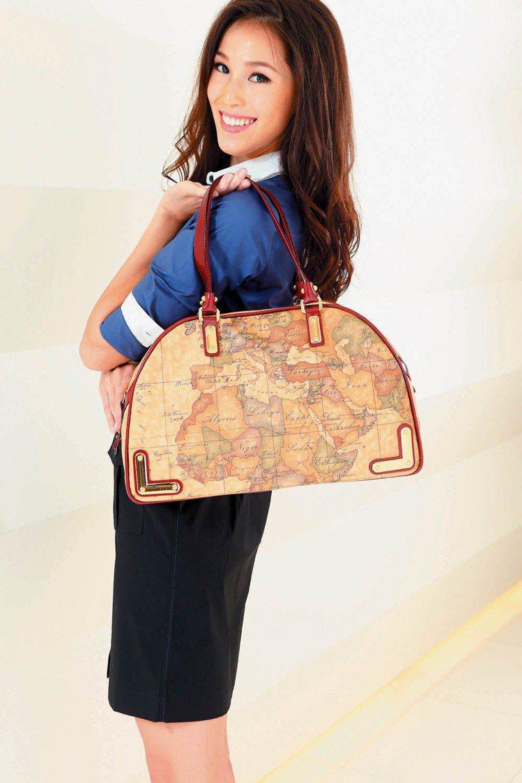 香月明美換上專業經理人裝扮,手拎地圖包,優雅中流露時尚品味。記者陳立凱/攝影