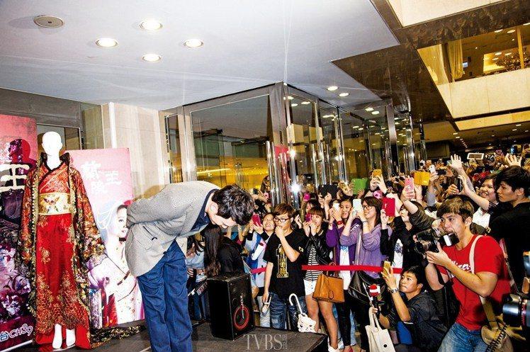 馮紹峰也不負眾望的全程展現「王」者風範,在機場就獲得粉絲旋風式歡迎,隔天記者會上...