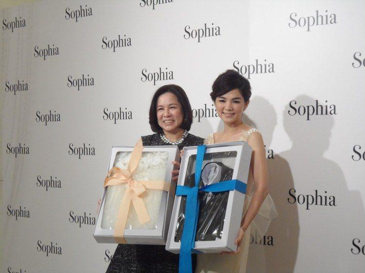 蘇菲雅婚紗送給 ELLA一男一女的嬰兒小禮服,祝福她明年做人成功,最好一次生個龍...