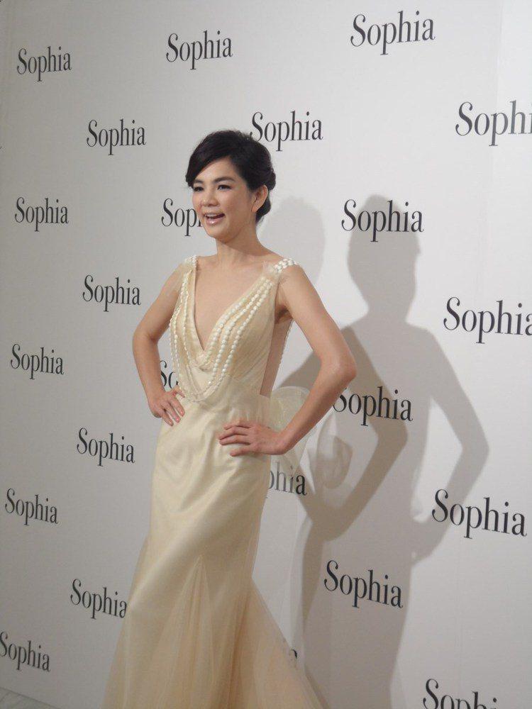 繼去年 ELLA 婚禮穿的婚紗與禮服後,蘇菲雅再度為 ELLA 量身訂製這套價值...