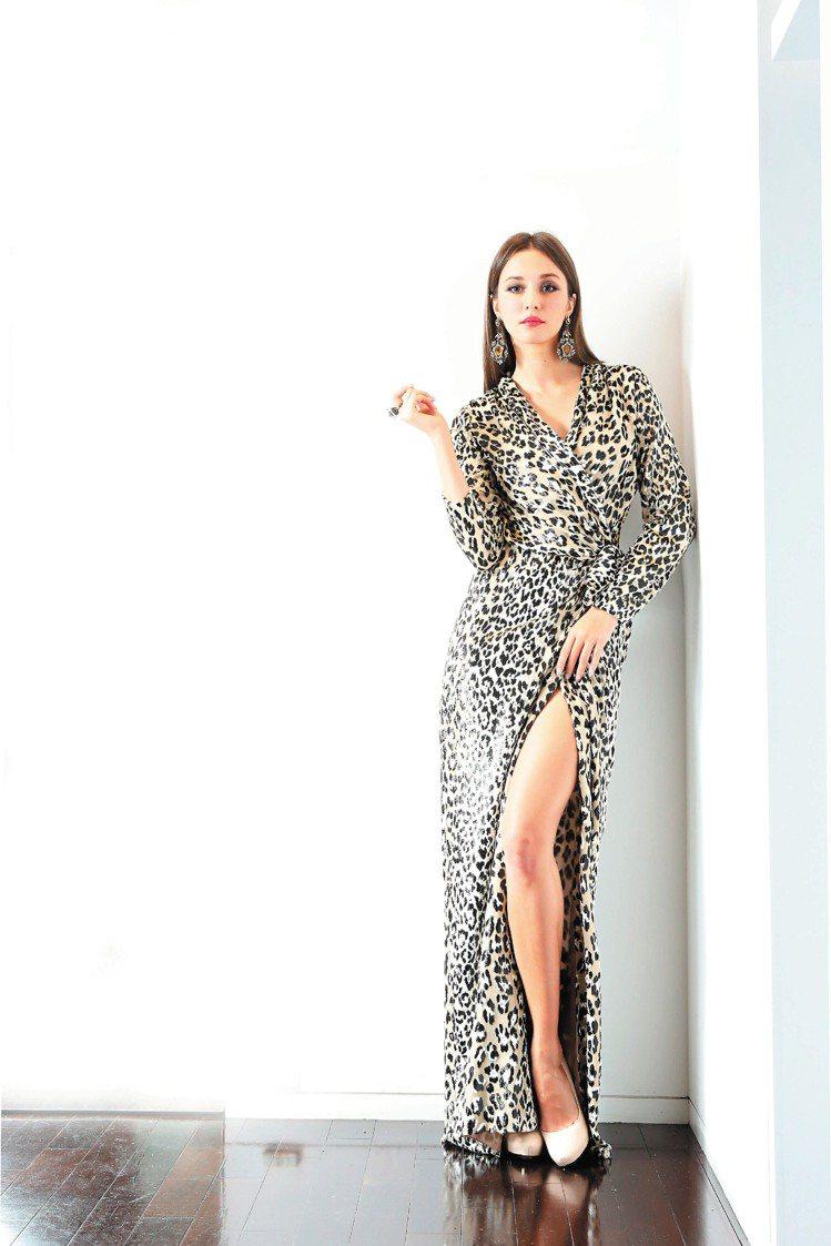 LANVIN秋冬新裝融入各式各樣的豹紋,瑞莎穿上豹紋禮服和褲裝裝酷,但難掩熱戀中...
