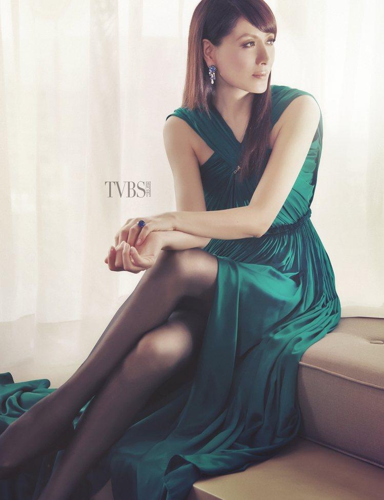 綠色絲綢開岔長禮服(28萬7,400元)BY LANVIN;頂級珠寶戒指(3億元...