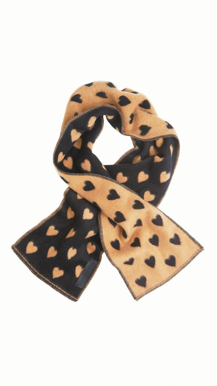 愛心男用領巾,12,500元。圖/BURBERRY提供