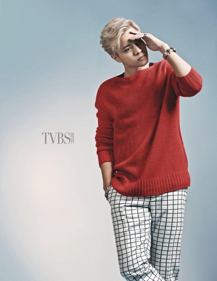 羊毛衣,Prada;格子西褲,Andrea Pompilio From Tren...