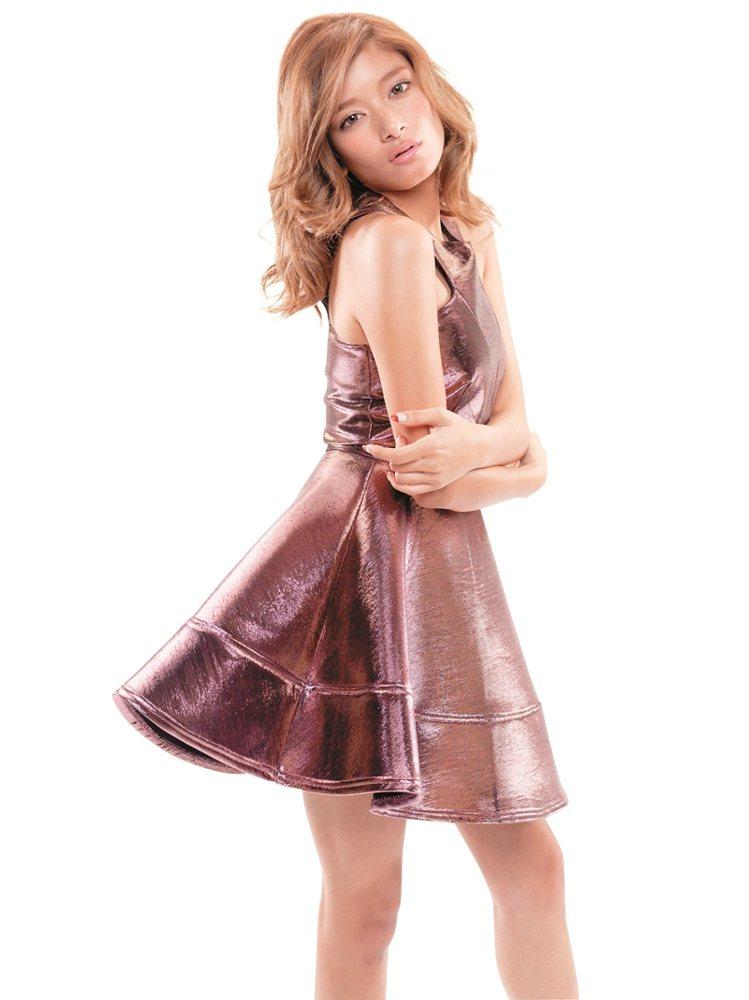 Rola認為,女生穿上合身洋裝去約會,最有女人味。圖/大美人提供