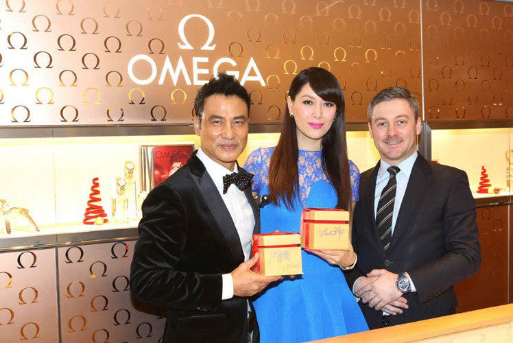 OMEGA品牌大使任達華、琦琦簽名於OMEGA錶盒,並與OMEGA台灣區副總裁M...