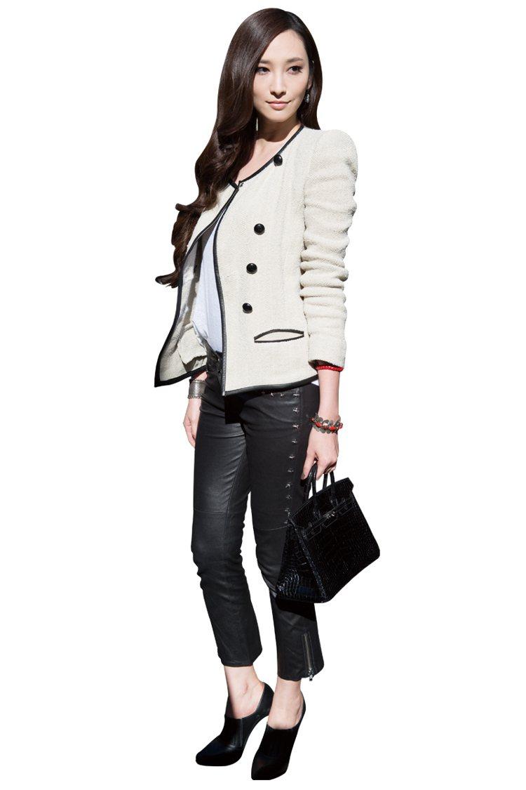 帥氣西裝的俐落LOOK很適合出席白天的Party,黑色色系為造型基礎,運用皮褲加...