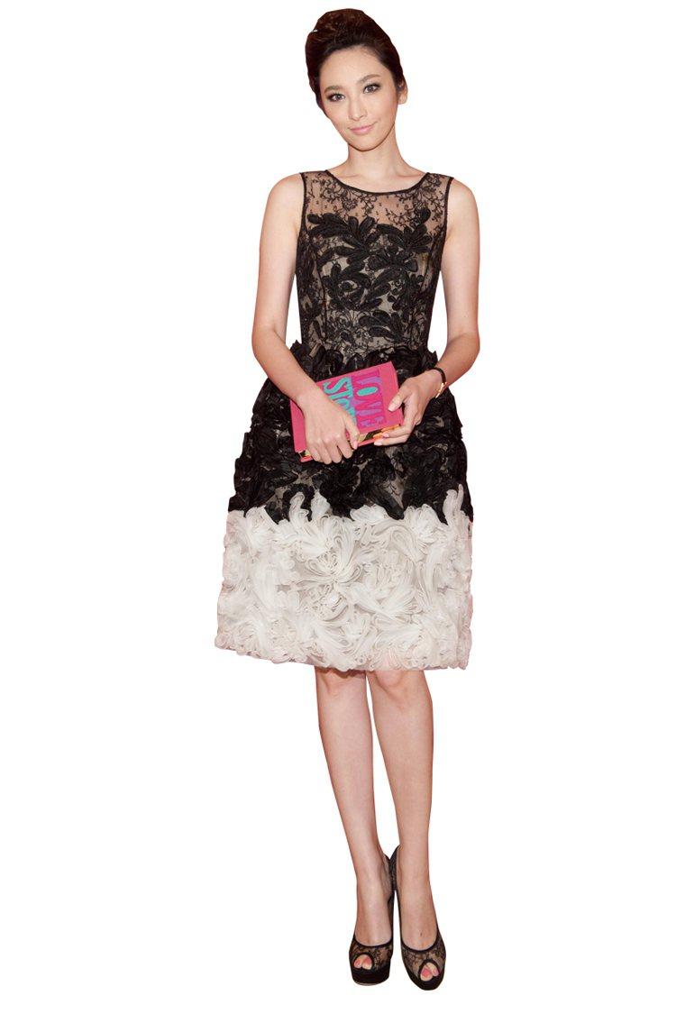 剪裁優雅的蕾絲花朵洋裝+蕾絲高跟鞋來呼應造型主題,在Party上呈現出典雅高貴的...