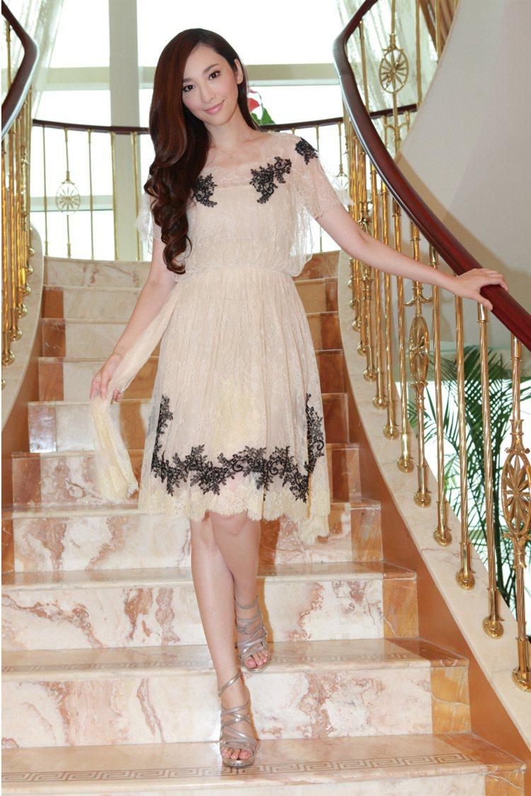 白天的Party活動若不適合太華麗的場合時,浪漫雅致的蕾絲洋裝搭配銀色高跟鞋,穿...