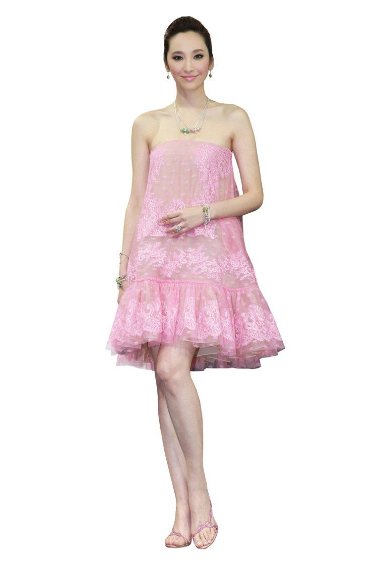 輕柔甜美的漂亮粉紅蕾絲洋裝,搭配小巧精緻的閃耀首飾點綴,是我出席比較正式隆重的P...