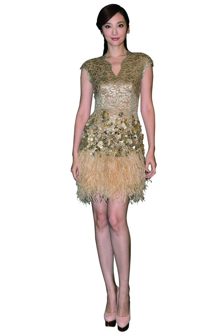 以閃亮珠寶鑲嵌的連身洋裝已經很搶眼,光這華麗重點就能在晚宴中散發耀眼的光芒,我會...