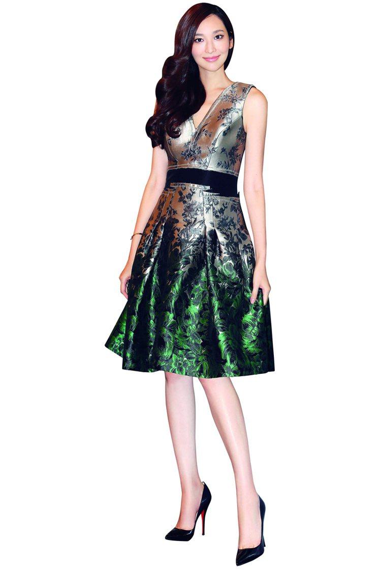 綠色是我比較少挑戰的顏色,但暈染開來,如綠葉般花色與材質搭配得相得益彰的裙子,本...