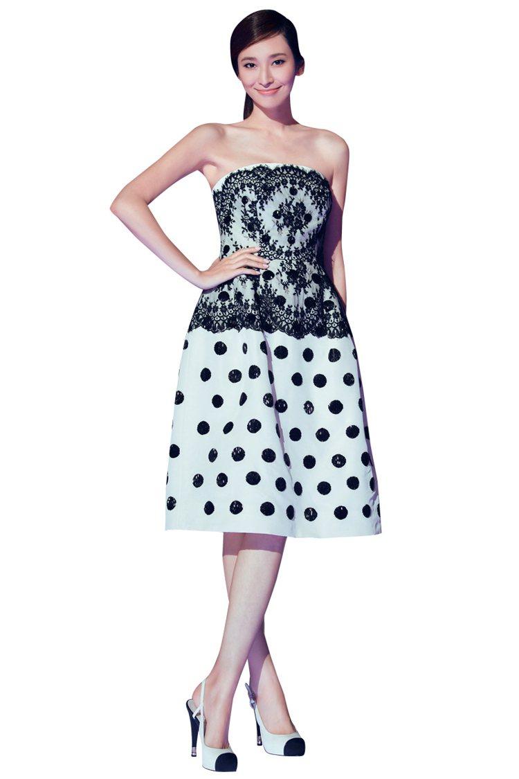蕾絲+圓點的元素,以及復古設計的洋裝剪裁,本身就夠花稍,頭髮就乾淨挽上,這樣最美...