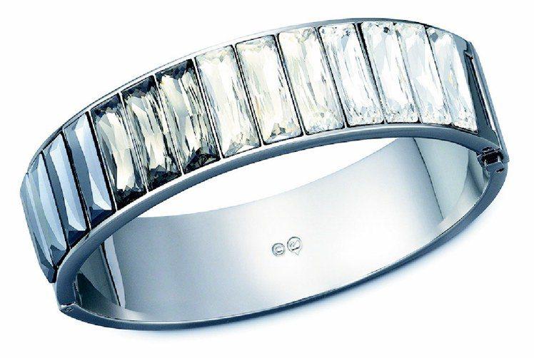 Platinum寬手鐲,鍍黑鉻色手鐲,閃現黑鑽石色與透明水晶等色調,簡單搭扣設計...