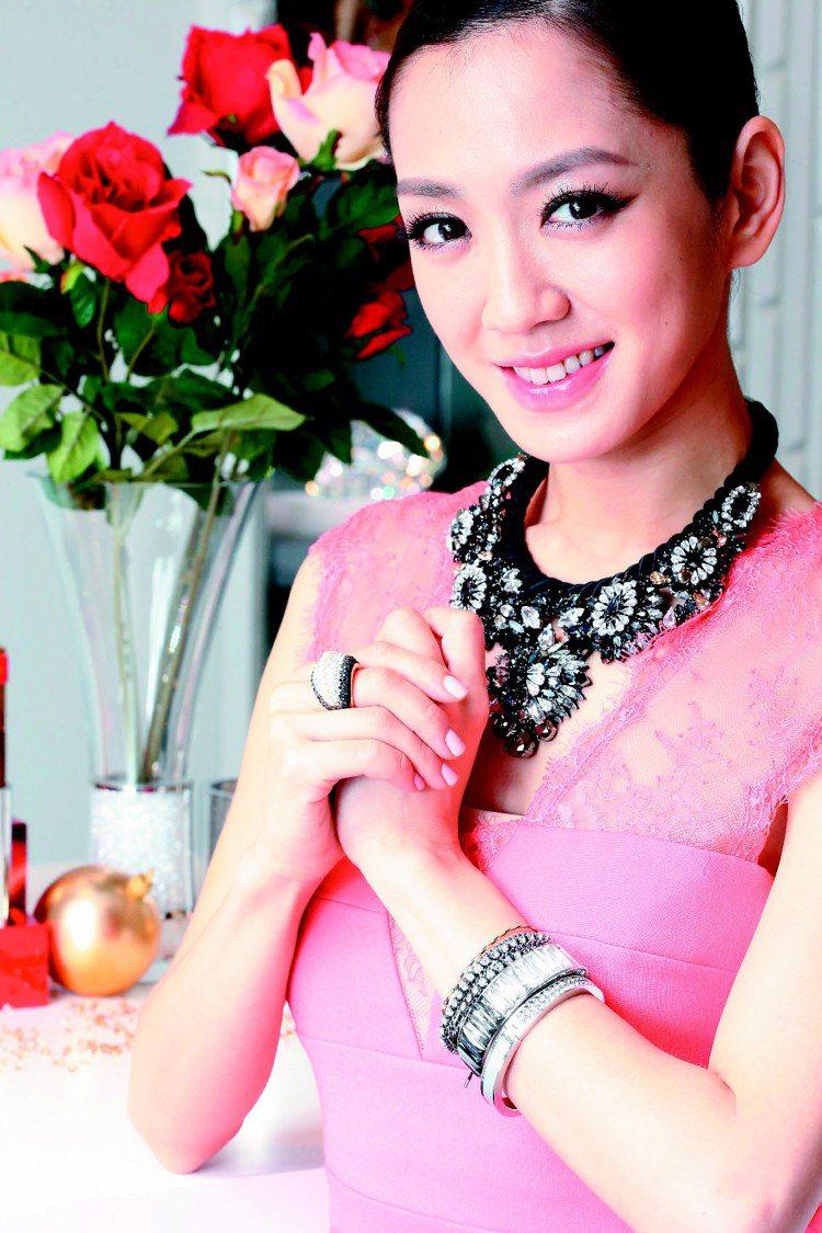 英文名Pink的楊千霈恰好穿上BCBGMAXAZRIA粉紅洋裝,搭配風格華麗搶眼...