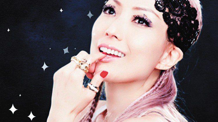 鄭秀文新歌「荒漠甘泉」MV中配戴了伯爵Possession珠寶,展現個性搭配。圖...