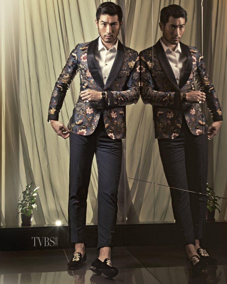 印花外套(22萬3,000元)、西裝長褲(4萬2,400元)、禮服襯衫(4萬2,...