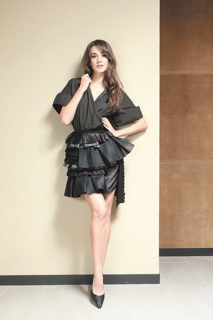 Bottega Veneta春夏新裝採用天然棉、苧麻混紡等材質,硬挺有型。黑色抓...