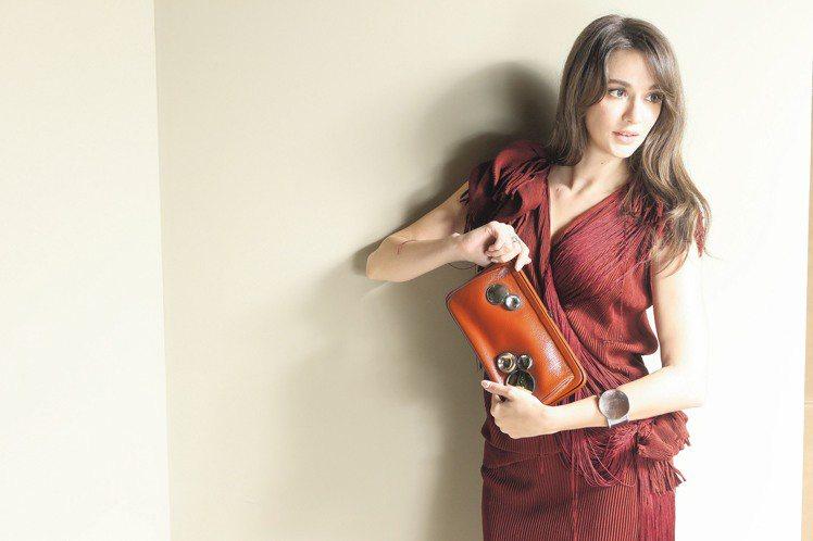 擁有11年模特兒拍照經驗的瑞莎,寫自拍工具書分享心得。酒紅色垂墜針織洋裝,未定價...